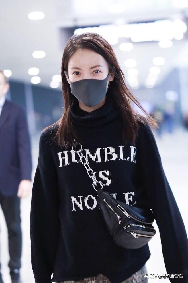 金晨身穿黑T恤和格子褲素顏出鏡,不施粉黛顏值依舊很能打