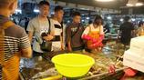 暑期青島遊客劇增 商場海鮮買賣紅火 大蝦130元一斤 蛤蜊10元兩斤