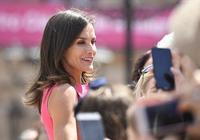 又被西班牙王后驚豔到了!一身無袖西瓜紅裙太少女,曲線勝過凱特