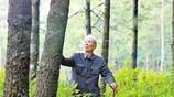 實拍楊善洲墓地,長眠於自己開闢的林場中,李雪健敬獻鮮花和獎盃