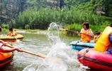 和朋友來野三坡旅遊,每人租一個橡皮艇劃劃船也是不錯的選擇!