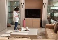 賭王女兒何超蓮晒媽媽逗貓視頻,看到她家客廳後,網友:真的壕!
