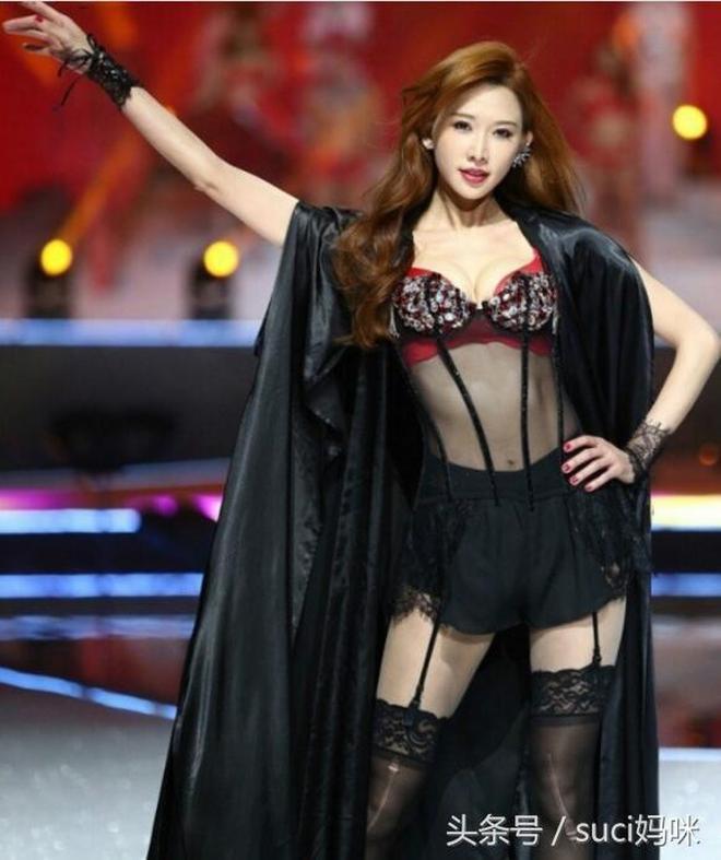 42歲林志玲一襲黑色披風出席活動,大秀身材,腿上的絲襪卻成亮點