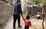 奶爸帶娃回老家重走童年路,卻哭了:原來能治癒我們的是他們