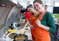 法國姑娘學做中國菜,回國後家人不敢相信:這是絕世美味嗎?