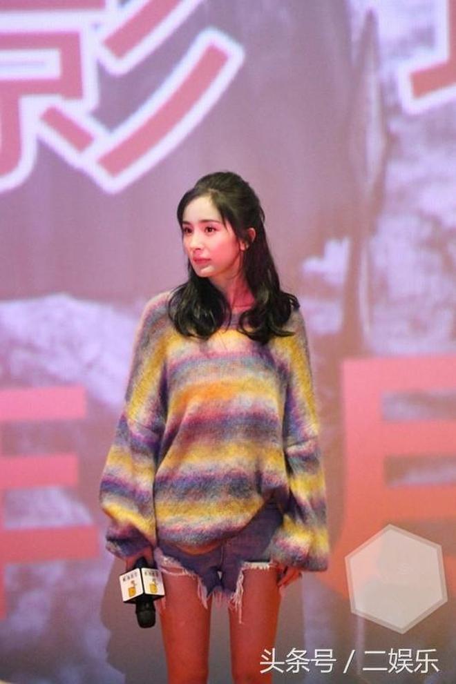 楊冪夏天穿毛衣出席杭州路演,網友:這腿沒P真好看