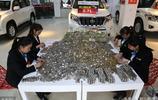 粉店老闆拉800斤硬幣購車,車胎被壓爆,工作人員數錢數到手抽筋