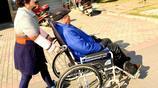 江蘇女子照顧94歲姑爺爺,凌晨1點推他外出散步,她說:真想歇歇