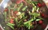 湖北小縣城平常百姓家週日聚餐:3火鍋9葷3素,看有沒有你吃的菜