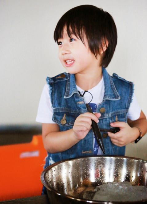8歲Kimi和楊陽洋近照,楊陽洋2張照片讓網友擔心Kimi!