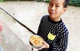 山區留守兒童在學吃飯比家裡吃過年還香