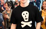 鄧倫身穿黑色短T恤,襯衣綁腰酷帥有型,時尚感爆棚又酷又帥!