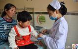 4歲女童患病,媽媽沒文化,美護士幫助照顧還讓男友拿錢為其治療