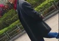 網友偶遇72歲影帝狄龍公園散步,路旁拉筋展現超強柔韌性
