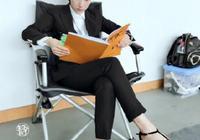 李念化身美女總裁,穿一身黑色西裝配高跟鞋坐著看文件,太乾練了