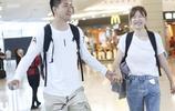 李艾與老公手挽手現身機場 笑到眼睛都沒了 表情豐富