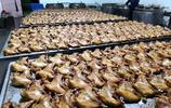 這家燒雞店是有名的百年老店,每天收入百萬元以上
