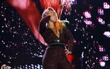 巴西音樂節,凱斯深V緊身衣盡顯好身材,帶你一起大飽眼福!