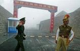 實拍:中國士兵與印度士兵對比,印度士兵有些懶散