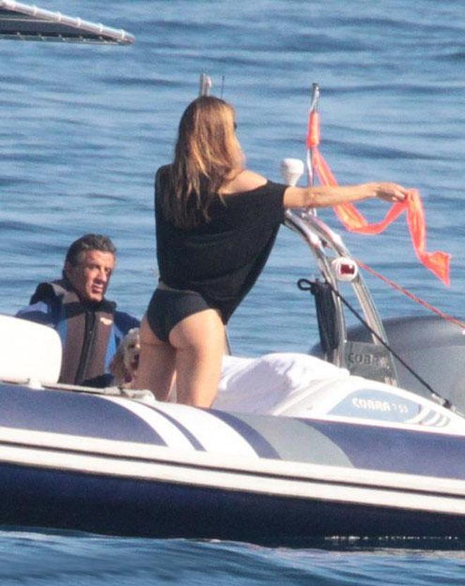 """史泰龍一家度假,史泰龍靠在女兒肩上""""撒嬌"""""""