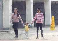 方媛挺6月孕肚帶1歲女兒散步,寶寶主動跟記者打招呼萌態十足