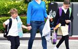 詹妮弗私服接地氣,藍毛衣搭牛仔褲認不出,兒女繼承媽媽的好基因