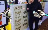 丁寧:在買糖葫蘆吃!