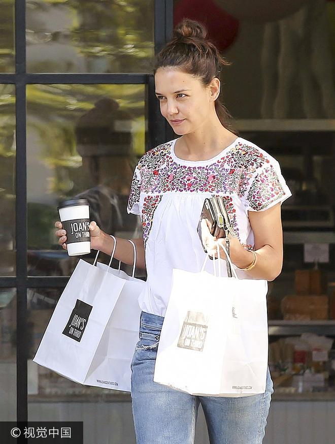 赫爾姆斯休閒裝現身扎丸子頭減齡 雙手拎袋不怕晒低頭趕路購物忙