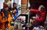 """七旬奶奶街頭做""""稀罕生意"""",假期日賣5000多元,每天百人求合影"""