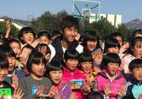 尹鴻博赴孤兒院看望:希望孩子能健康快樂成長
