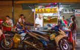 國外這個城市住著都是華人,一到晚上吸引全世界的遊客來吃美食