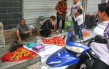 農村73歲老人大集上賣自家山貨,1塊錢一斤,日賣300元