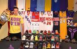 """科比的""""頭號骨灰級球迷""""!他擁有史上最多的科比親筆簽名球鞋!"""