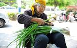 """78歲老人做""""小生意"""",每天批發蔬菜轉手販賣,一天掙20元很高興"""