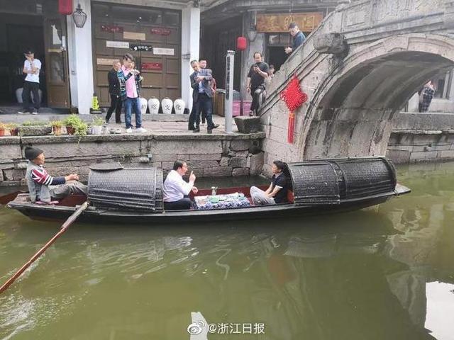 馬雲現身紹興 與紹興市委書記喝黃酒坐烏篷船