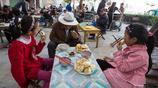 實拍:小姐妹每天上學都是76歲爺爺接送,媽媽整天睡覺還不會做飯