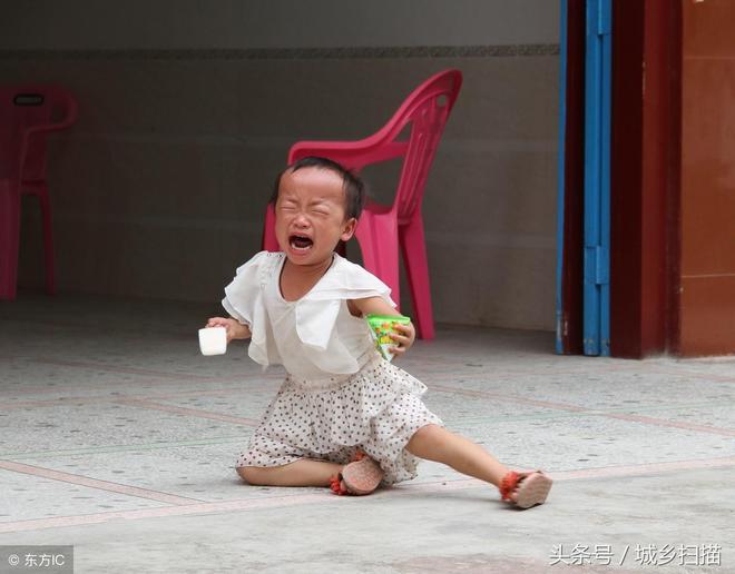留守兒童流淚的8個瞬間,也許你看了後會潸然淚下,可憐的孩子啊