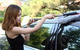 在小區停車場,發現一女司機這樣清理車,太有才了,回頭照著弄