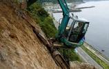 """實拍:挖掘司機把挖掘機玩出了""""高境界"""",一般人誰也不敢這麼做"""