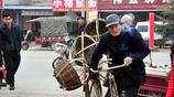 農村85歲老人集市賣筐20元一個,閒了就去地裡幹活,最牽掛一件事