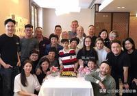 袁詠儀為70歲母親慶生, 兒子張慕童得老人歡心, 長相原來更像外婆