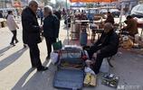 80歲老人集市上賣的一種老物件,以前的男人們離不了