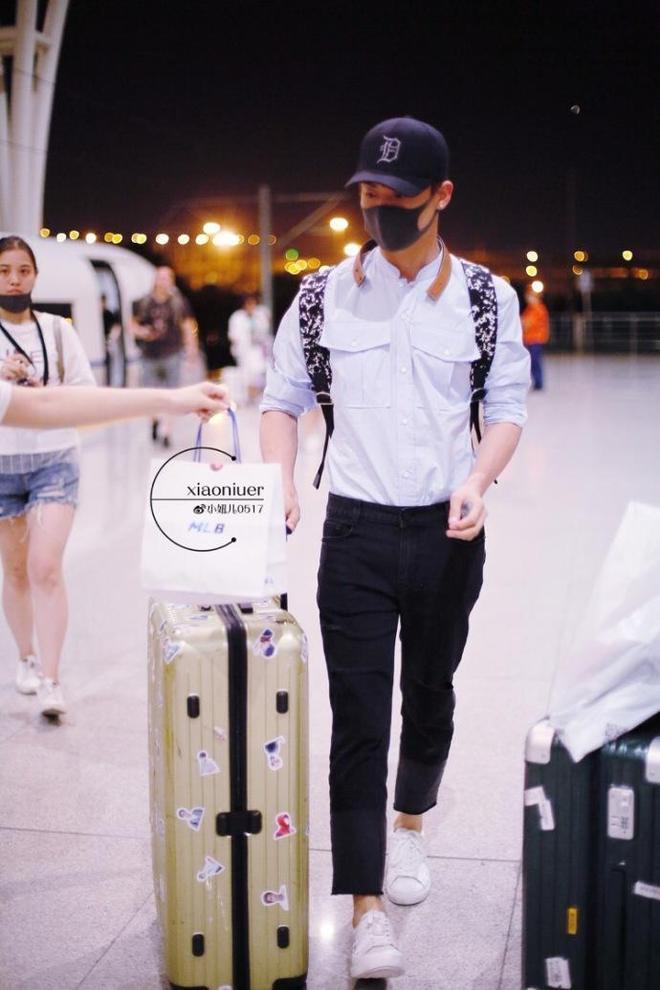 楊洋、易烊千璽和王嘉爾的最新機場秀實在是太省事了,不是黑就是白,要麼直接黑白配!