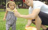 賈靜雯一大早晒咘咘和修杰楷的玩鬧照,像個小猴子的咘咘萌化了