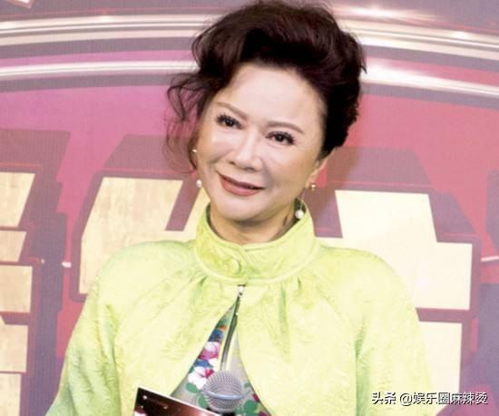 """蔡明北京電影節的紅毯造型""""辣眼睛"""",網友:整成老年芭比娃娃了"""