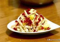 大叔家的特色菜:酸辣白菜,酸甜爽口,開胃解膩,家人喜歡!