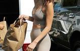 美麗動人!女星貝拉·哈迪德穿打底裝出街,逛超市時人們都盯著看