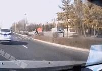 一組動圖警示你:駕車分心,120見狀也傷心!