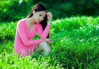 綠草林中的青春少女,楚楚動人