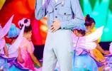 易烊千璽一身藍色帥氣迷人,這麼難穿的工裝他穿起來卻像個王子!